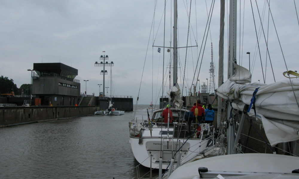 We sail gently out into the Elbe estuary, now we really are on our way out into the world