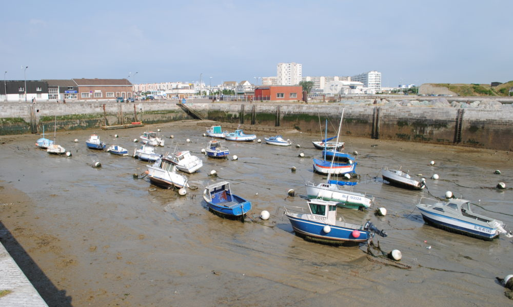 The boats in the neighbouring basin are on the bottom of a dried-up pool! Talk about tides
